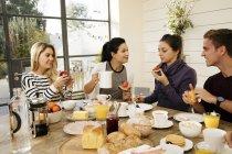 Freunde, die zusammen frühstücken — Stockfoto