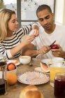 Пара прийняття сніданку разом — стокове фото