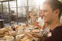 Friends eating breakfast together — Stock Photo