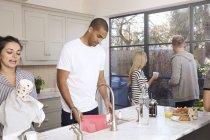 Freunde beim Abwasch zusammen — Stockfoto
