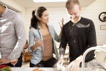 Par preparar comida juntos - foto de stock