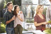 Пара вместе пить вино — стоковое фото