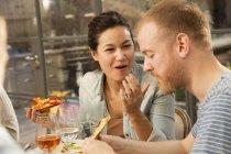 Pareja cenando juntos - foto de stock