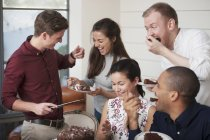 Друзья, празднование с шоколад на день рождения торт — стоковое фото