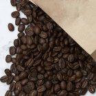 Кава в зернах і паперовий мішок — стокове фото