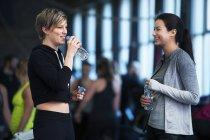 Donne che comunicano in palestra — Foto stock