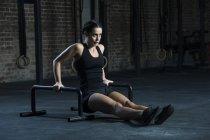 Donna che esercita con le barre del pavimento — Foto stock