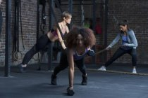 Mulheres exercitando-se no ginásio — Fotografia de Stock