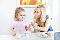Mutter und Tochter frühstücken — Stockfoto