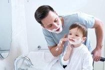 Padre e figlio mezzo crema da barba — Foto stock