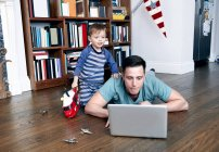 Father using laptop with son — Stock Photo