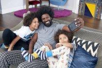 Père avec des enfants prenant selfie — Photo de stock
