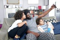Padre con niños tomando selfie - foto de stock
