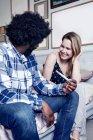 Мужчина сидит с тестом на беременность в руке — стоковое фото
