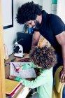 Отец помогает сыну с домашней работой — стоковое фото
