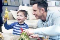Vater und Sohn spielen mit Dinosaurier — Stockfoto