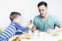 Vater spielt mit Sohn bei Spielen — Stockfoto