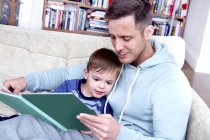 Father reading book to son — Stock Photo