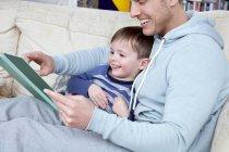 Книга чтение отец сыну — стоковое фото