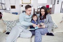 Deux parents jouant avec leur fils — Photo de stock