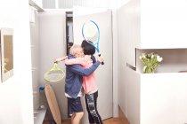 Paar steht mit Tennisschläger und umarmt sich — Stockfoto