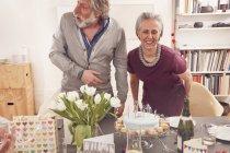 Celebrando cumpleaños de pareja Senior - foto de stock