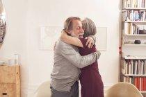 Coppia anziana che si abbraccia — Foto stock