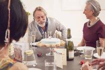 Seniorenpaar feiert Geburtstag — Stockfoto