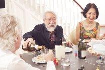 Senioren Freunde feiert Geburtstag — Stockfoto