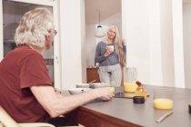Coppia anziana che fa colazione — Foto stock