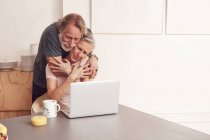 Senior pareja disfrutando de video conferencia - foto de stock