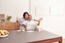 Coppia godendo di videoconferenza sul computer portatile — Foto stock