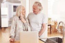 Старшая пара с ноутбуком — стоковое фото