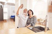 Старший пара беручи selfie — стокове фото