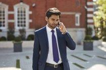Homme d'affaires parlant sur le téléphone intelligent — Photo de stock