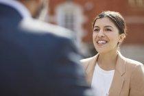 Geschäftsfrau hört Kollegen zu — Stockfoto
