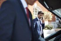 Geschäftsmann entladen Gepäck aus dem Auto — Stockfoto