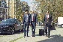 Conceirge portare i bagagli per uomini d'affari — Foto stock