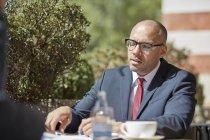Homme d'affaires assis au café, au cours de la réunion — Photo de stock