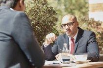 Homme d'affaires assis au café avec collègue — Photo de stock