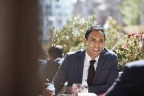 Homme d'affaires assis au café pendant la réunion — Photo de stock