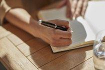 Рука предпринимательницы пишет заметки — стоковое фото
