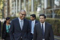Persone di affari che camminano insieme — Foto stock