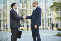 Uomini d'affari che stringono la mano — Foto stock