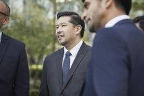 Бізнесмени говорять в бізнес-парку — стокове фото