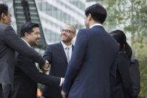 Businesspeople salutarsi — Foto stock