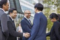 Les hommes d'affaires se saluent — Photo de stock
