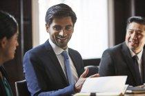 Uomo d'affari parlando con i colleghi — Foto stock