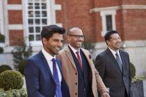 Uomini d'affari che cammina sulla posizione dell'Hotel — Foto stock