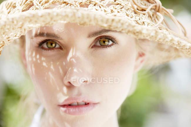 Женщина носить соломенная шляпа — стоковое фото